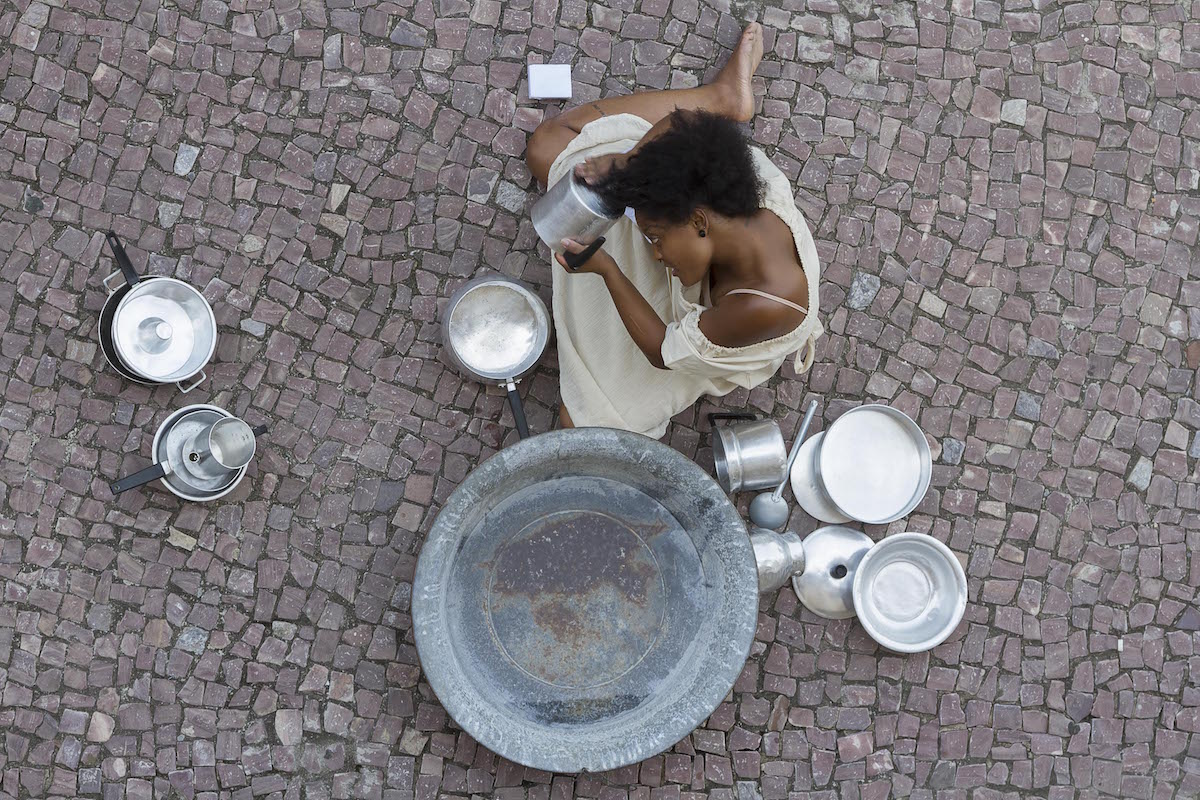 Washing the Dishes with her Afro-Textured Hair: Aesthetic Innovation in the Performance Bombril by Priscila Rezende